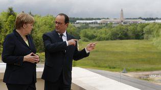 Angela Merkel et François Hollande discutent lors des commémorations du centenaire de la bataille de Verdun, le 29 mai 2016, à Verdun (Meuse). (PHILIPPE WOJAZER / REUTERS)