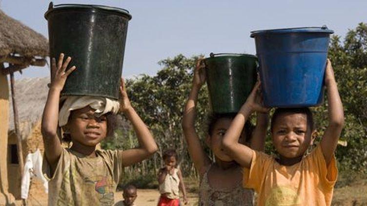 Petits Malgaches porteurs d'eau (Nicolas Cégalerba / Biosphoto)