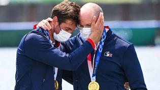 Les rameurs Hugo Boucheron et Matthieu Androdias émus après avoir reçu leur médaille d'or en deux de couple. (CHARLY TRIBALLEAU / AFP)