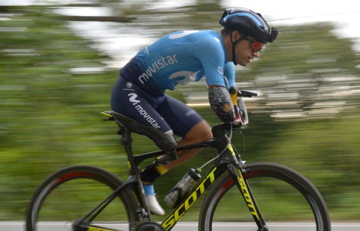 Le cycliste colombien Juan Jose Florian, lors d'une séance d'entraînement sur une route de la municipalité de Granada, dans le département du Meta, en Colombie, le 10 novembre 2020. (RAUL ARBOLEDA / AFP)