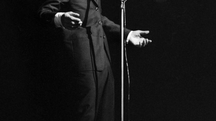 Le chanteur Charles Aznavour se produit à Paris sur la scène de l'Alhambra où il a fait une rentrée triomphale le 13 décembre 1960. (AFP)