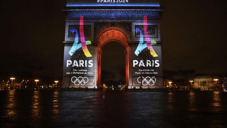 Paris 2024 s'est affiché sur l'Arc de Triomphe lors de l'annonce de la candidature française pour les Jeux (LIONEL BONAVENTURE / AFP)
