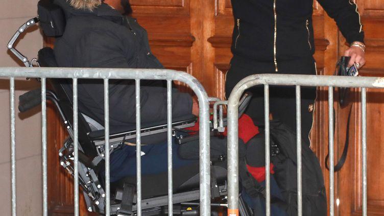 Jawad Bendaoud échange avec Bilal Mokono, victime des attentats du 13-Novembre au Stade de France, lors de l'ouverture de son procès en appel à Paris, le 21 novembre 2018. (JACQUES DEMARTHON / AFP)