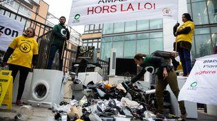 Une action de l'ONG Les Amis de la Terre contre le gaspillage de produits Amazon, en novembre 2018. (AFP)
