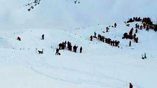Les équipes de secours quelques minutes après l'avalanche aux Deux-Alpes (Isère), mercredi 13 janvier. (AFP)