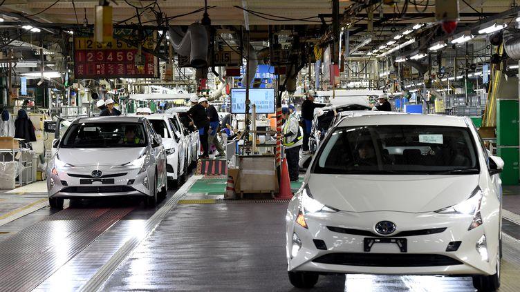 Des voitures Toyota Prius dans une chaîne de montage située au Japon, le 8 décembre 2017. (TOSHIFUMI KITAMURA / AFP)