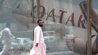 Un homme passe devantle siège saoudien de la compagnie Qatar Airways, à Riyad, le 5 juin 2017. (FAYEZ NURELDINE / AFP)