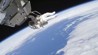 L'astronaute américain Nicholas Patrick, accroché au module Cupola de la Station spatiale internationale, le 17 février 2010. (NASA / REUTERS)