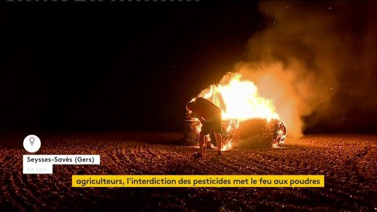 """Un """"feu de la colère"""" des agriculteurs dans le Gers (FRANCEINFO)"""