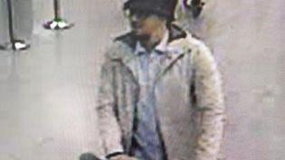 L'homme au chapeau, repéré sur les images de surveillance à l'aéroport de Bruxelles, mardi 22 mars, pourrait êtreFayçal Cheffou. (HO / BELGIAN FEDERAL POLICE / AFP)