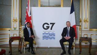 Bruno Le Maire et Rishi Sunak, les ministres français et britannique des Finances, lors d'une rencontre dans le cadre du G7 Finances, le 4 juin 2021, à Londres. (DANIEL LEAL-OLIVAS / AFP)