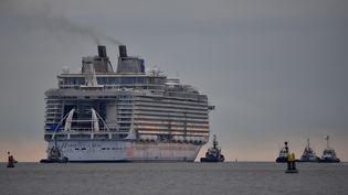 """Le paquebot """"Harmony of the seas"""" quitte les chantiers navals de Saint-Nazaire (Loire-Atlantique), le 10 mars 2016, pour une première sortie en mer de trois jours. (LOIC VENANCE / AFP)"""