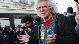 Jean-Baptiste Eyraud, président du Droit au logement, a obtenu samedi 7 janvier au soir l'ouverture d'une salle pour héberger une trentaine de personnes à l'hôpital Hôtel-Dieu sur l'Île de la Cité à Paris. (SEBASTIEN MUYLAERT/WOSTOK PRESS / MAXPPP)