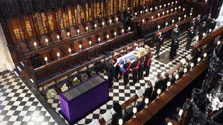 A la fin de la cérémonie, le cercueil du prince Philip a étédescendu caveau royal.La dépouille du duc d'Edimbourg y restera jusqu'à ce que la reine l'y rejoigne à sa mort. Les époux ainsi réunis auront alors pour dernière demeure la chapelle du Memorial du roi George VI, père d'Elizabeth II. (DOMINIC LIPINSKI / POOL / AFP)