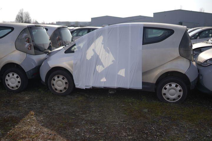 Une bâche recouvre une Autolib' sans porte, sur unparking de Romorantin-Lanthenay, le 10 mars 2021. (PIERRE-LOUIS CARON / FRANCEINFO)