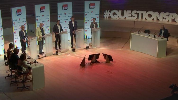 """Les cinq candidats ont été interrogés sur la notion de laïcité lors du premier débat de la primaire écologiste ce dimanche sur le canal 27 de franceinfo et France Inter, en partenariat avec """"Le Monde"""". (FRANCEINFO / RADIOFRANCE)"""