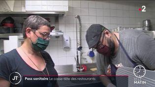 Une restauratrice et son cuisinier. (France 2)