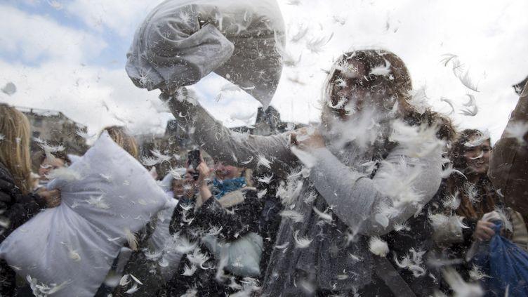 Bataille d'oreillers géante à Trafalgar Square, à Londres (Grande-Bretagne), le 4 avril 2015 à l'occasion d'un Journée internationale. (NEIL HALL / REUTERS)