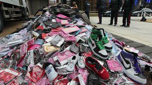Des contrefaçons saisies par les douanes françaises,exposées à Paris, le 27 janvier 2011. (JACQUES DEMARTHON / AFP)