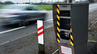 En France en 2012, les radars automatiques, comme ce spécimen implanté à Strazeele (Nord), ont flashé plus de 21 millions de fois. (PHILIPPE HUGUEN / AFP)