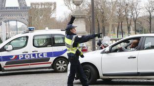 La police effectue des contrôles routiers près de la tour Eiffel à Paris, le 17 mars 2014. (FRANCOIS GUILLOT / AFP)