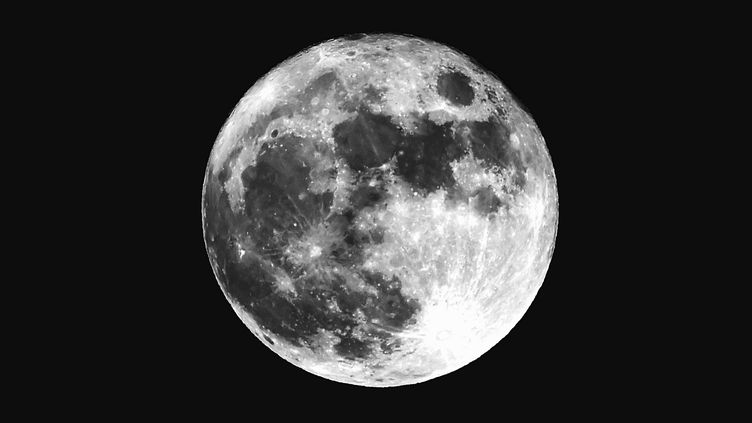 La Lune dans un ciel clair... (MARK SUTTON / EYEEM / EYEEM / GETTY IMAGES)