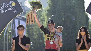 Wout van Aert (avec le bouquet), vainqueur de la 21e et dernière étape du Tour de France 2021. (PHILIPPE LOPEZ / AFP)