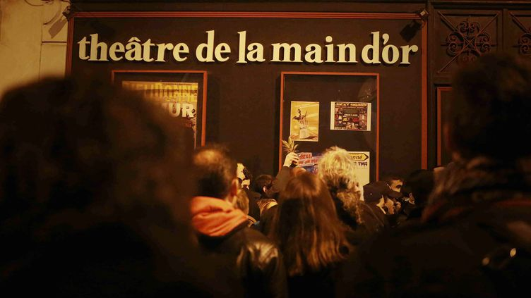 Un rassemblement devant le théâtre de la Main d'Or, à Paris, le 28 décembre 2013, pour soutenirDieudonné. (MAXPPP)