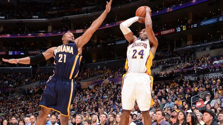 Kobe Bryant, ici face à David West, a marqué le panier de la gagne contre Indiana (ANDREW D. BERNSTEIN / NBAE / GETTY IMAGES)
