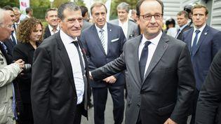 Le président François Hollande marche en compagnie de Michel Catalano dans son imprimerie remise à neuf, le 29 septembre 2016. (STEPHANE DE SAKUTIN / AFP)