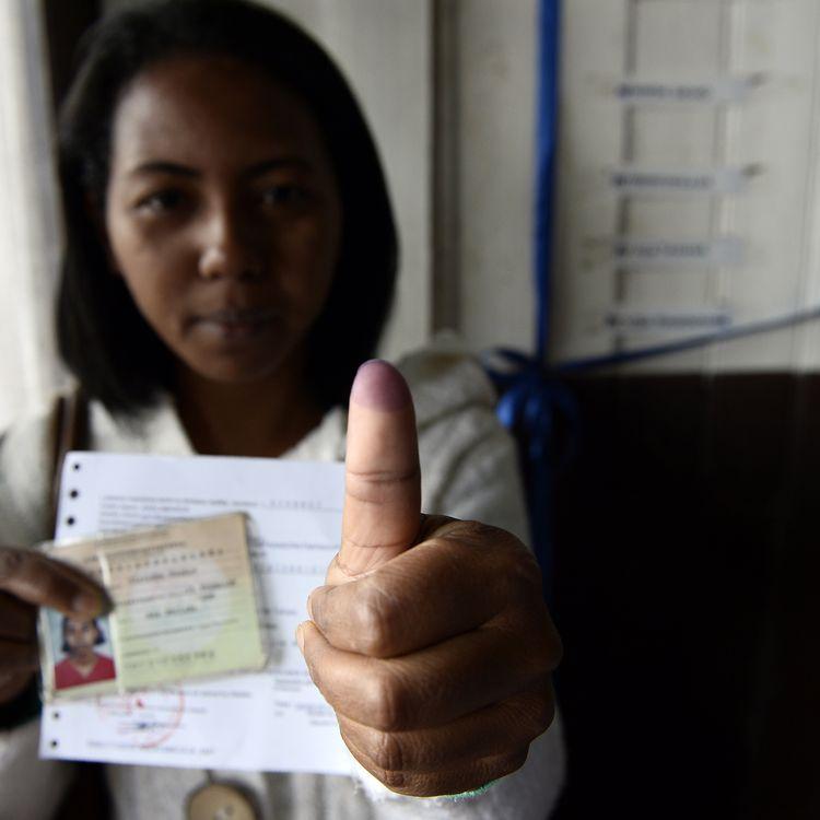 Une Malgache montre son pouce teinté après avoir voté au premier tour de l'élection présidentielle, levendredi 25 octobre 2013 àAntananarivo. (STEPHANE DE SAKUTIN / AFP)