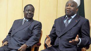 Les ex-présidents ivoiriens Henri Konan Bédié (à gauche) et Laurent Gbagbo (à droite) lors d'une rencontre à Yamoussoukro, le 4 mars 2008. (ISSOUF SANOGO / AFP)