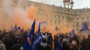 Des policiers manifestent place Vendôme à Paris le 14 octobre 2015. (CATHERINE FOURNIER / FRANCETV INFO)