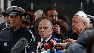 Bernard Cazeneuve et le maire de Marseille Jean-Claude Gaudin devantla synagogue principale de Marseille le 14 Janvier 2016 (BORIS HORVAT / AFP)