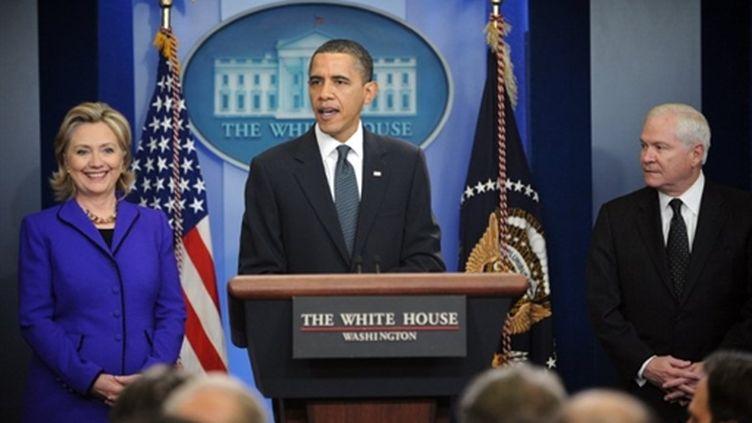 Le président Barack Obama commente la signature d'un nouveau traité Start, entouré d'Hillary Clinton et de Robert Gates (AFP PHOTO - Jewel SAMAD)