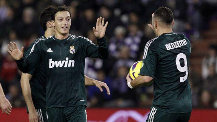 Mesut Ozil à la lutte avec Ekrem Dag. (CESAR MANSO / AFP)