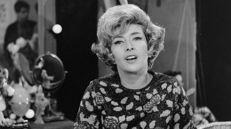 """Mick Micheyl pendant le tournage de l'émission """"Rendez vous avec"""" en 1964. (JEAN ADDA / INA)"""