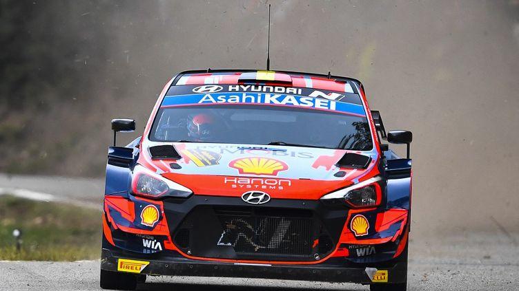 Thierry Neuville (Hyundai) en course pour la victoire lors du rallye d'Espagne, samedi 16 octobre 2021. (PAU BARRENA / AFP)