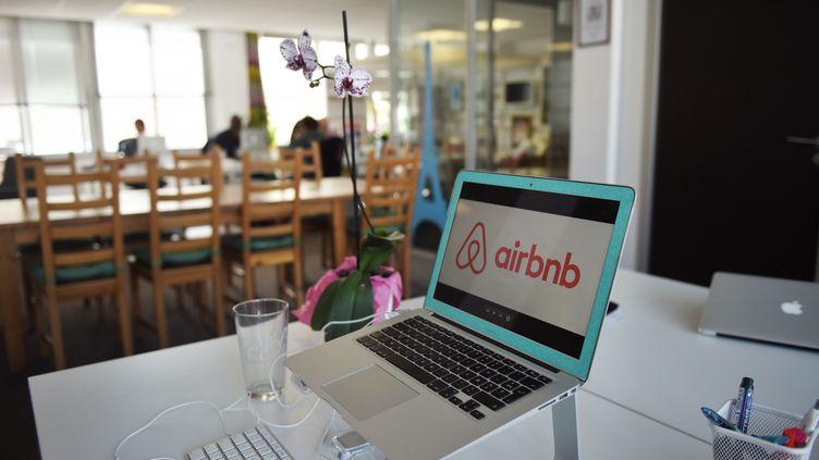 Photo du logo Airbnb sur un ordinateur, dans les bureaux de la plate-forme de locations de logements entre particuliers (photo d'illustration) (MARTIN BUREAU / AFP)