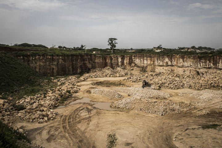 Carrière fournissant une cimenterie près de la forêt de baobabs de Bandia (sud de Dakar) le 25 septembre 2019 (JOHN WESSELS / AFP)