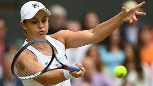 Ashleigh Barty face à Karolina Pliskova, lors de la finale de Wimbledon. (GLYN KIRK / AFP)