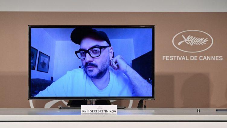 """Le metteur en scène russe KirillSerebrennikov en visioconférence au Festival de Cannes 2021, pour son film en compétition """"La Fièvre de Petrov"""" (2021). (JOHN MACDOUGALL / AFP)"""
