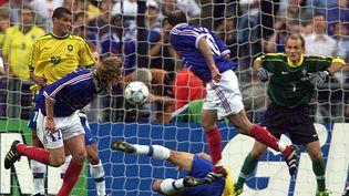 Zinedine Zidane inscrit le deuxième but de la France contre le Brésil en finale de la Coupe du monde, le 12 juillet 1998 au stade de France (Seine-Saint-Denis). (KC/ KM / REUTERS)