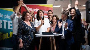 La candidate de l'union de la gauche à Marseille, Michèle Rubirola (au centre, tenant le micro), prenant la paroleà l'issue du second tour des élections municipales, le 28 juin 2020. (CLEMENT MAHOUDEAU / AFP)