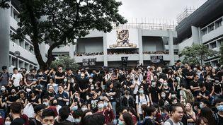 Des étudiants manifestent devant une université de Hong Kong, le 2 septembre 2019. (MICHAEL HÜBNER / GEISLER-FOTOPRESS / AFP)
