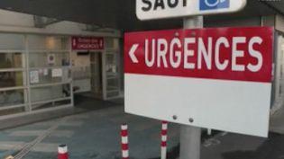 À l'hôpital de Mulhouse (Haut-Rhin), d'où s'exprime en direct la journaliste Ambrine Bdida, les places en réanimation sont déjà occupées depuis plusieurs jours. Mercredi 18 mars, six patients ont été évacués par l'armée dans le sud de la France. (FRANCE 2)