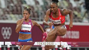 La Portoricaine Jasmine Camacho-Quinn a battu le record olympique, lors des demi-finales des Jeux olympiques sur 100m haies à Tokyo, le 1er août 2021. (MARTIN MEISSNER / AP)