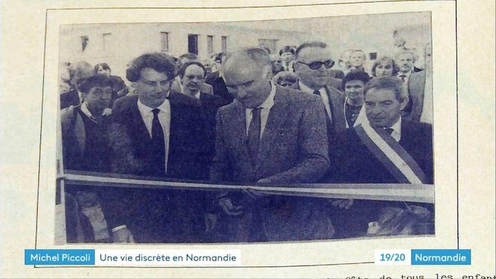 Michel Piccoli en 1985 lors de l'inauguration de la fresque Victor Hugo à l'école de Saint Philibert-sur-Risle (Eure) (Archives mairie de Saint Philibert-sur-Risle)