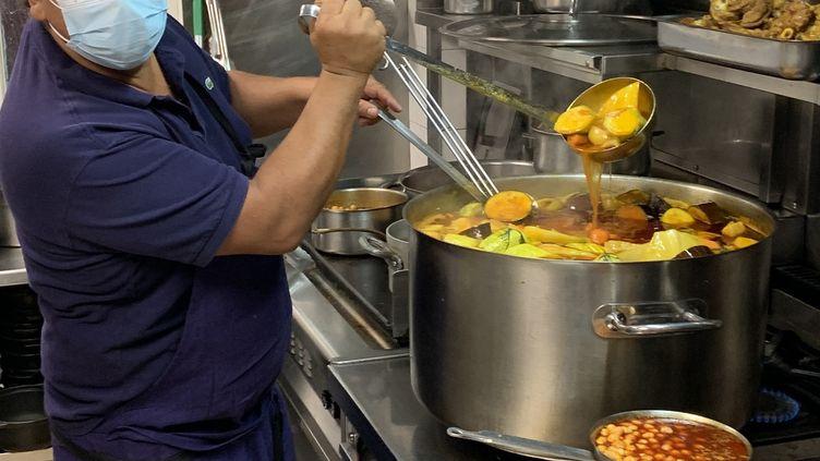 """Nordine Labiadh en pleine préparation du couscous dans son restaurant """"À Mi-Chemin"""" à Paris. (BERNARD THOMASSON / RADIO FRANCE)"""