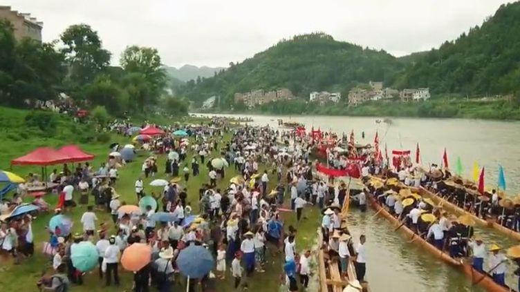 Entre cérémonie traditionnelle et performance sportive, le festival attire chaque année des milliers de personnesen Chine. (FRANCE 2)